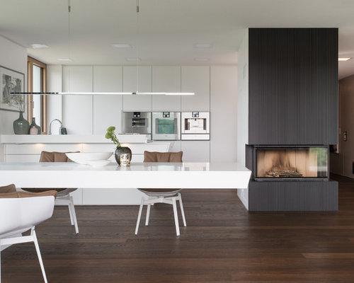 Lieblich Offene, Zweizeilige, Große Moderne Küche Mit Flächenbündigen  Schrankfronten, Weißen Schränken, Küchengeräten Aus