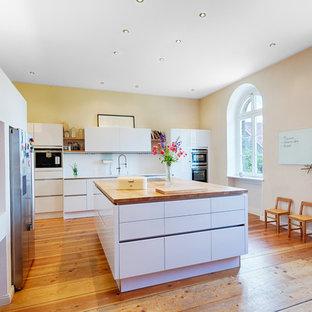 Offene, Große Moderne Küche In L Form Mit Einbauwaschbecken,  Flächenbündigen Schrankfronten, Weißen
