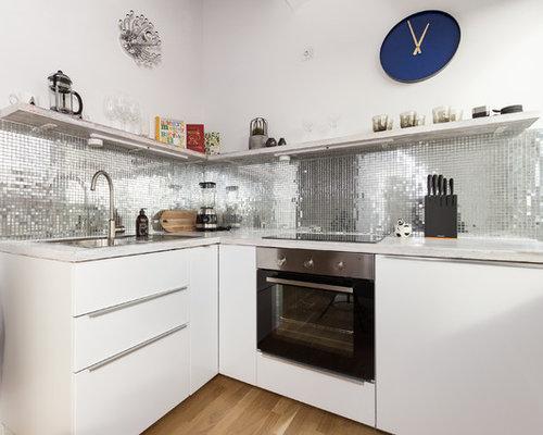 Kleine, Offene Moderne Küche Ohne Insel In L Form Mit Einbauwaschbecken,  Flächenbündigen Schrankfronten