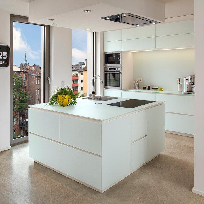 Offene, Mittelgroße Moderne Küche mit Waschbecken, Glasfronten, weißen Schränken, Glas-Arbeitsplatte, Küchenrückwand in Weiß, Glasrückwand, Küchengeräten aus Edelstahl, Betonboden und Kücheninsel in F