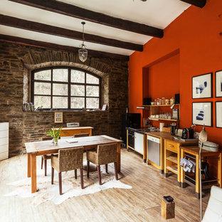 Einzeilige, Mittelgroße Rustikale Wohnküche mit offenen Schränken, Arbeitsplatte aus Holz, Küchenrückwand in Orange, Küchengeräten aus Edelstahl, hellem Holzboden und beigem Boden in Düsseldorf