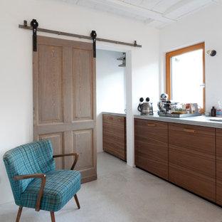 Mittelgroße Moderne Küche ohne Insel mit Unterbauwaschbecken, flächenbündigen Schrankfronten, hellbraunen Holzschränken, grauem Boden, grauer Arbeitsplatte und Holzdecke in Sonstige