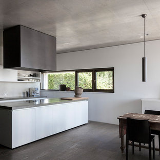 Zweizeilige, Große Moderne Wohnküche Mit Einbauwaschbecken, Flächenbündigen  Schrankfronten, Weißen Schränken, Küchenrückwand In