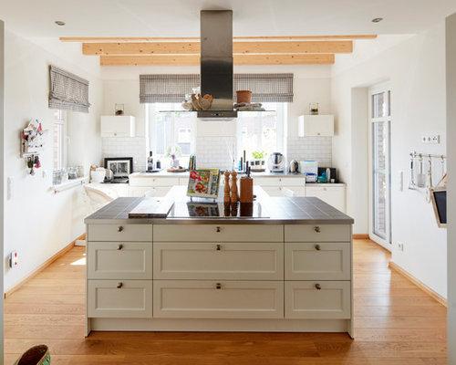 Offene, Zweizeilige, Mittelgroße Landhaus Küche Mit Schrankfronten Im  Shaker Stil, Weißen Schränken