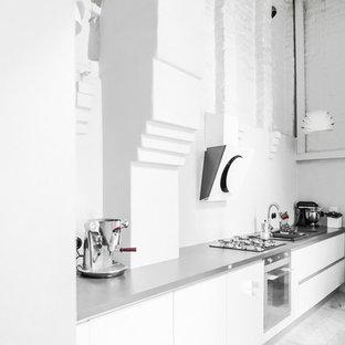 Foto di una grande cucina lineare nordica chiusa con lavello a doppia vasca, ante a persiana, ante bianche, top in granito, paraspruzzi bianco, elettrodomestici in acciaio inossidabile, pavimento in marmo e nessuna isola