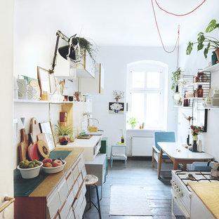 Foto på ett retro kök, med en enkel diskho, träbänkskiva och grått golv