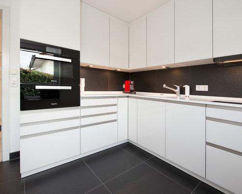 Kleine Moderne Wohnküche Ohne Insel In L Form Mit Integriertem Waschbecken,  Glasfronten, Weißen