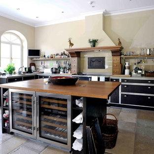 Mittelgroße Klassische Küche in U-Form mit schwarzen Schränken, Arbeitsplatte aus Holz, Kücheninsel und buntem Boden in München