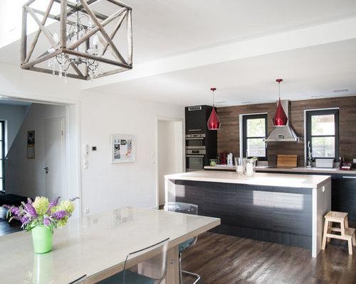Offene, Zweizeilige, Große Landhausstil Küche Mit Küchenrückwand In Braun,  Küchengeräten Aus Edelstahl,