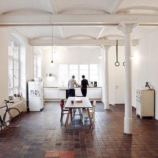 ベルリンの中くらいのインダストリアルスタイルのおしゃれなキッチン (レンガの床、赤い床) の写真