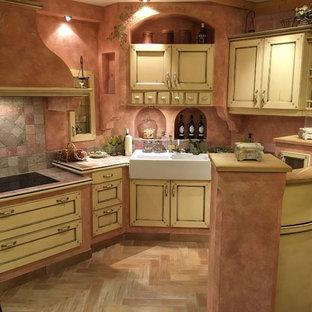 ミュンヘンのカントリー風おしゃれなキッチン (インセット扉のキャビネット、ベージュのキャビネット、タイルカウンター、茶色いキッチンパネル、茶色いキッチンカウンター) の写真