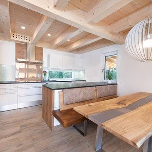 Große Moderne Wohnküche mit hellem Holzboden und beigem Boden in Nürnberg