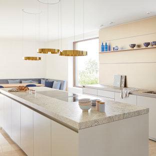Offene Moderne Küche mit Unterbauwaschbecken, flächenbündigen Schrankfronten, weißen Schränken, Küchenrückwand in Beige, Kücheninsel, beigem Boden und bunter Arbeitsplatte in Stuttgart