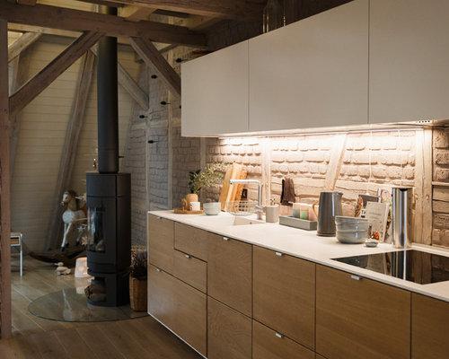Offene, Einzeilige, Kleine Skandinavische Küche Ohne Insel Mit Integriertem  Waschbecken, Flächenbündigen Schrankfronten,