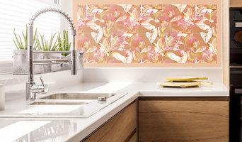 Glasfliesen an Küchenwand in Szene gesetzt