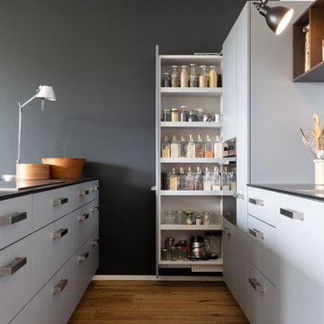 Graue Küche mit geräuchertem Eichenholz