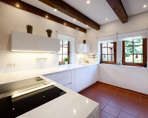 Mittelgroße Landhausstil Küche In U Form Mit Integriertem Waschbecken,  Flächenbündigen Schrankfronten, Weißen Schränken