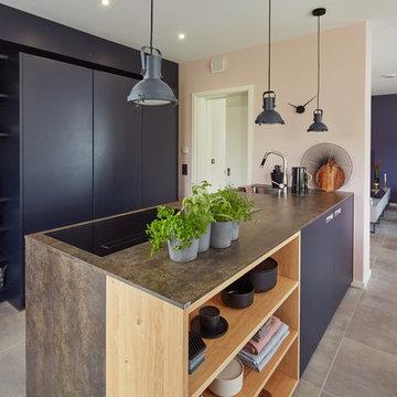 Grifflose Küche mit direktem Übergang zu Wohn- und Esszimmer