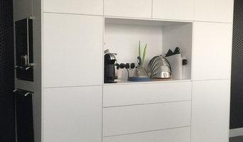 Grifflose weisse Küche- Fronten und Kochmodul im Mineralwerkstoff