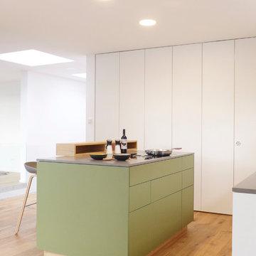 Großzügige Wohnküche mit edel-mattem, grünen Echt-Linoleum und Bora-Kochfeld