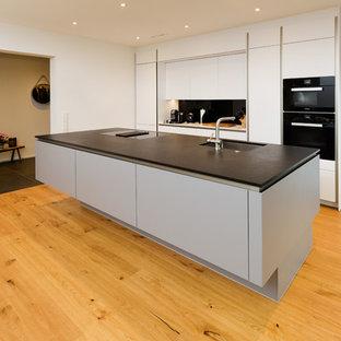 Großzügige Wohnküche mit einer XXL-Insellösung