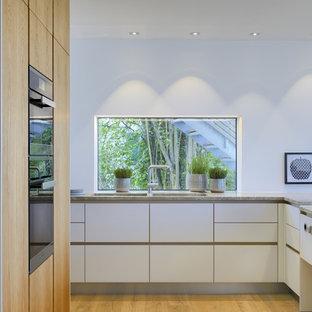 Offene, Große Moderne Küche In L Form Mit Integriertem Waschbecken,  Flächenbündigen Schrankfronten,
