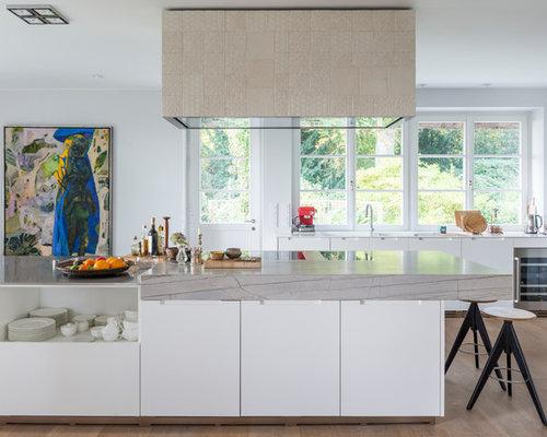 Offene, Zweizeilige, Große Moderne Küche Mit Flächenbündigen  Schrankfronten, Weißen Schränken, Küchengeräten Aus