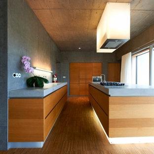 シュトゥットガルトの巨大なコンテンポラリースタイルのおしゃれなキッチン (一体型シンク、フラットパネル扉のキャビネット、中間色木目調キャビネット、コンクリートカウンター、グレーのキッチンパネル、シルバーの調理設備、無垢フローリング) の写真