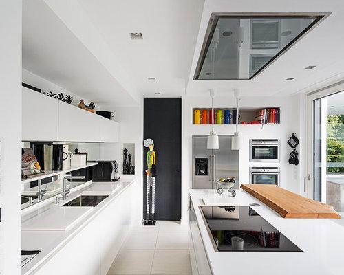 Große Moderne Wohnküche Mit Unterbauwaschbecken, Flächenbündigen  Schrankfronten, Weißen Schränken, Küchengeräten Aus Edelstahl Und