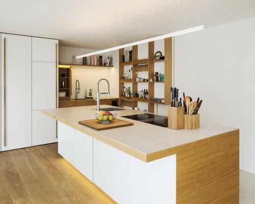 Offene, Große Moderne Küche Mit Waschbecken, Offenen Schränken, Hellen  Holzschränken, Elektrogeräten Mit