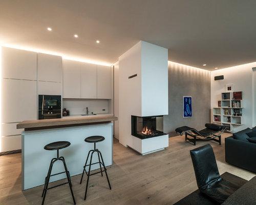 Zweizeilige, Mittelgroße Moderne Wohnküche Mit Einbauwaschbecken,  Flächenbündigen Schrankfronten, Weißen Schränken, Arbeitsplatte Aus