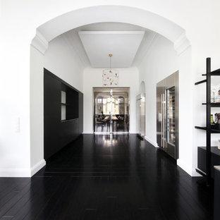 Geschlossene, Einzeilige, Große Moderne Küche mit schwarzem Boden, flächenbündigen Schrankfronten, schwarzen Schränken, Küchenrückwand in Schwarz, Küchengeräten aus Edelstahl, zwei Kücheninseln und schwarzer Arbeitsplatte in Hamburg