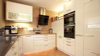 Hochglanzküche mit Schräghaube
