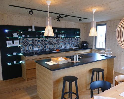 Einzeilige, Mittelgroße, Offene Urige Küche Mit Flächenbündigen  Schrankfronten, Hellbraunen Holzschränken, Küchenrückwand In