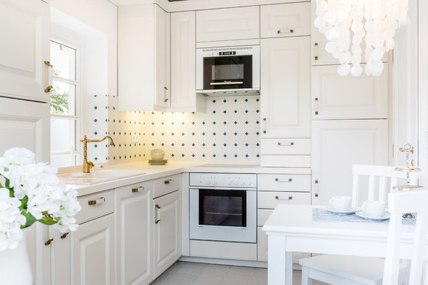 Farmhouse Kitchen by Home Staging Sylt