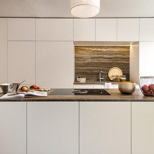 Zweizeilige, Kleine Moderne Küche mit Unterbauwaschbecken, flächenbündigen Schrankfronten, weißen Schränken, Küchenrückwand in Braun, hellem Holzboden, Kücheninsel, beigem Boden und brauner Arbeitsplatte in München
