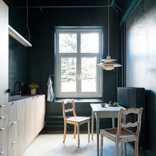 Geschlossene, Einzeilige, Kleine Industrial Küche ohne Insel mit Einbauwaschbecken, flächenbündigen Schrankfronten, hellen Holzschränken, Betonboden und grauem Boden in Hamburg