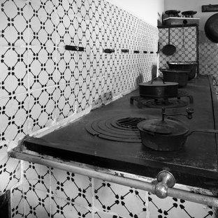 Einzeilige, Große Klassische Wohnküche ohne Insel mit offenen Schränken, weißen Schränken, Rückwand aus Keramikfliesen, Backsteinboden, Arbeitsplatte aus Fliesen und Küchenrückwand in Weiß in Bari