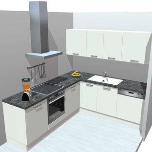ハンブルクの大きいモダンスタイルのおしゃれなキッチン (一体型シンク、フラットパネル扉のキャビネット、白いキャビネット、木材カウンター、白いキッチンパネル、木材のキッチンパネル、シルバーの調理設備、無垢フローリング、茶色い床) の写真
