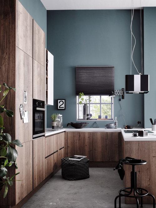 Kleine Industrial Wohnküche In U Form Mit Einbauwaschbecken,  Flächenbündigen Schrankfronten, Braunen Schränken,