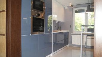 Kleine Einbauküche in zwei Farben