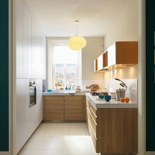 Geschlossene, Kleine Moderne Küche ohne Insel in L-Form mit flächenbündigen Schrankfronten, Porzellan-Bodenfliesen, weißem Boden und weißen Schränken in Sonstige