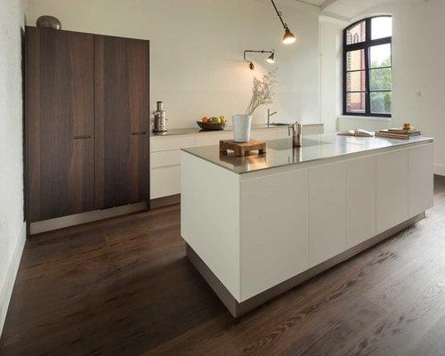 Offene, Mittelgroße Moderne Küche Mit Profilierten Schrankfronten, Weißen  Schränken, Edelstahl Arbeitsplatte,