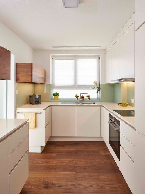 Geschlossene, Kleine Moderne Küche Ohne Insel In U Form Mit  Einbauwaschbecken, Flächenbündigen Schrankfronten