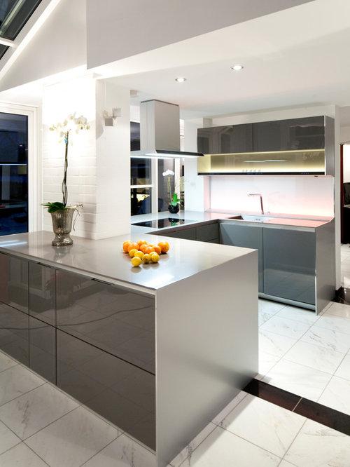 Offene, Große Moderne Küche In U Form Mit Flächenbündigen Schrankfronten,  Grauen Schränken,