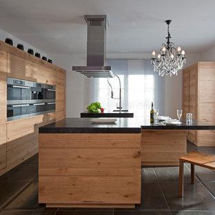 Idéer för avskilda, mycket stora funkis kök, med en integrerad diskho, släta luckor, skåp i mellenmörkt trä, rostfria vitvaror och flera köksöar