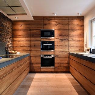 Mittelgroße Rustikale Küche Ohne Insel In U Form Mit Flächenbündigen  Schrankfronten, Hellbraunen Holzschränken,