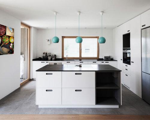 Offene, Große Moderne Küche In L Form Mit Waschbecken, Flächenbündigen  Schrankfronten, Weißen