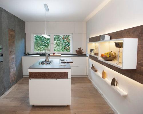 Mittelgroße Moderne Küche Mit Flächenbündigen Schrankfronten, Weißen  Schränken, Kücheninsel, Quarzwerkstein Arbeitsplatte,