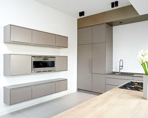 Wunderbar Einzeilige, Große Moderne Wohnküche Mit Unterbauwaschbecken,  Flächenbündigen Schrankfronten, Grauen Schränken, Mineralwerkstoff